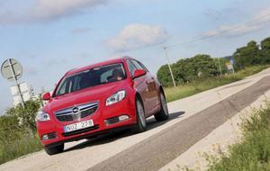 Kombiversionen av nya Saab 9-5 hann som bekant aldrig lämna fabriken i Trollhättan. Men här kommer kusinen från Rüsselsheim och pockar på uppmärksamhet. Hittills har dock svenskarna vänt Opel Insignia ryggen. Kan lite extra turbotryck möjligen intressera?Foto: Rolf Gildenlöw/TT