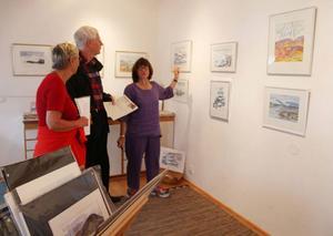 Konsthelgerna i Funäsdalen har blivit allt populärare. Här avnjuter Märta och Åke Bodvill akvareller signerade Elvi Söderhielm.