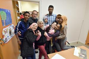 Elever som trivs i skolan i Trängslet tillsammans med skolchef Lars Lisspers och språkstödjaren Kif. Bakre raden: Ayman, Lars och Kif. Mellersta raden: Sara, Isra, Sedra, Mohamed, Ashwak och i främre raden: Alaa och Yusra.