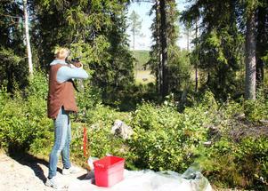 Evelina Envall, som här skjuter på en björnfigur, var nöjd med sin insats. Jakt betyder mycket för henne och i höst ska hon ta semester i fyra och en halv vecka för att jaga.