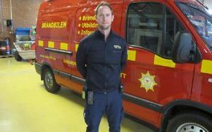 Brandmästare Johan Wahrén vid senaste bilen som används för information hur brandvarnare och brandsläckare ska användas.