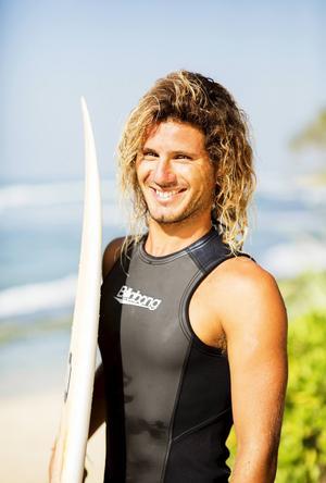 João Durão arbetar som surfinstruktör i Ahangama. Kärleken till surfen och vågorna genomsyrar det mesta han gör och engagemanget är totalt.