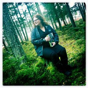 Skogen omger Anna Stjernström och är ämnet för den bok hon skrivit på det senaste året, som redovisar industrialiseringen och hur näringen har utvecklats och som drar optimistiska slutsatser inför framtiden.