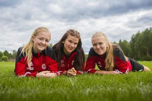Minja Nilsson, Felicia Persson och Emma Svanberg fungerar som ungdomsledare under fotbollslägret i Ytterhogdal.