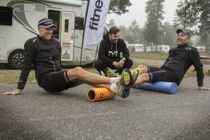 Stephan Artursson och Elivs Knez stretchar innan det är dags för nästa delmoment. Sebastian Ceder servar dem under deras färd genom Sverige.