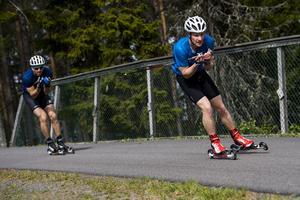 Jens Burman längs med rullskidspåret på Hallstaberget i Sollefteå.