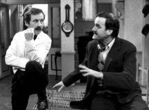 Andrew Sachs som Manuel och John Cleese som Basil Fawlty i en scen ur