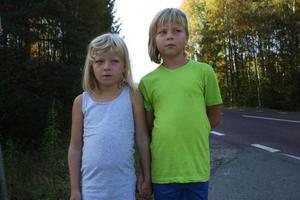 Åttaåriga Frida Eskilsson får skolskjuts hela året medan hennes storasyster, nioåriga Annie Eskilsson, bara får åka under vintern. Enligt kommunen är inte E45:an trafikfarlig resten av året.