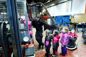 Yrkesläraren Magnus Samuelsson hjälper de unga truckförarna.