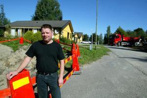 Mikael Hellberg är en av de drabbade på Pensionärsvägen som i två veckor varit utan fast telenät.