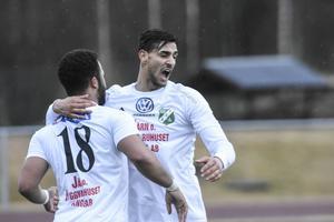 Tyrell Mitford (nummer 18) gjorde 1–0 och jublade tillsammans med Selwan Aljaberi.