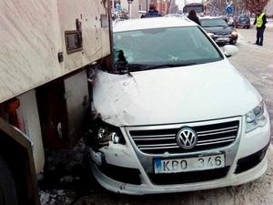 Bilens höger flygel träffade lastbilens bakre ramp. Bilen var specialbeställd av Anna Källström på grund av hennes nackskada. BILD: PRIVAT