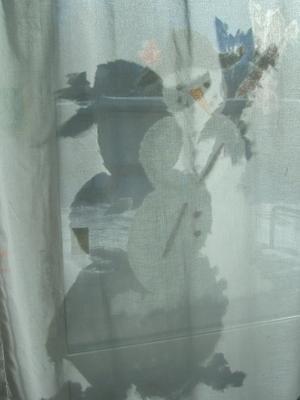 HejHär på skolan har vi haft en snögubbe hela vintern på fönstret.Imorse sken solen så fint in genom fönstret. Barnen blev glada när det visade sig att vi hade fått två gubbar i fönstret.
