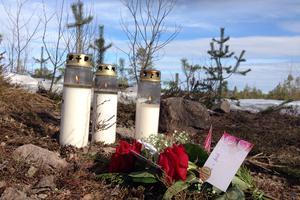 Ljus och blommor lades ut på platsen efter de tragiska olyckan utanför Sveg för knappt två år sedan. Foto: Jenny Nars