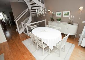 Vit trappa och möbler i gustaviansk stil.