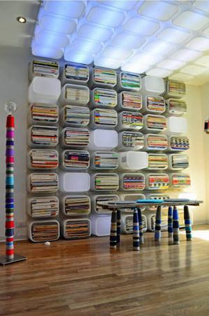 Ikeas platslådor utgör grunden i inredningen på ett kontor.