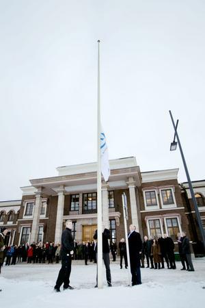 I topp. Så hissar Olof Faxander jubileumsflaggan.                                                  Firandet har börjat.