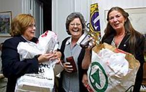 Foto: LEIF JÄDERBERG Glad. Anna-Greta Perera, här flankerad av Inger Löf och Christina Hallberg, fick ta emot massor av glasögon av Lionsklubben Gävle Ankaret att vidarebefordra till fattiga lankeser.