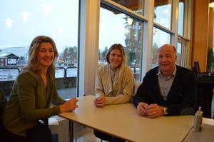 Ordföranden i Falu BS Bandy Annika Stålberg tillsammans med nya klubbchefen Jennifer Zetterberg och Hans-Olof Pettersson.