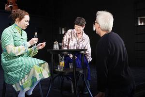 Sanndrömmerskan Edla Karlsson (Anna Andersson) och reportern Cilla Jansson (Arabella Lyons, till höger) får instruktioner av regissören Olle Törnqvist.