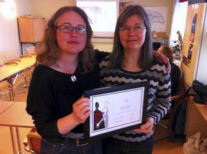 Eva Jorendal, ordförande i region Norr, delar ut det första Stopp-priset till Maria Werme, riksordförande i Föreningen Stopp –mot kränkande särbehandling i arbetslivet. Motiveringen är att Maria Werme