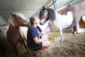 Sara Belin är orolig över att ha sina hästar ute på nätterna nu.