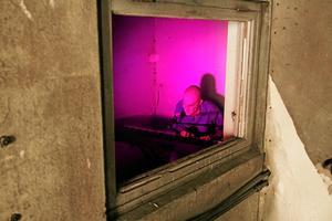 Eva Agorelius sitter i ett stängt rum. Genom det trasiga fönstret strömmar hennes musik och sång ut till den som vill lyssna.