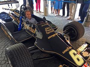 F1-legendaren Emerson Fittipaldi kröp ner i Ronnie Petersons Lotus -79:a i samband med premiären av Superswede i Örebro.