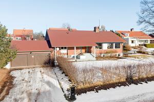 Potential utöver det vanliga och redan nu finns dubbelgarage, nytt tak och fjärrvärme.