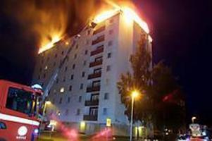 Foto:MATHIASFORSLÖFStort pådrag. Branden i hyreshuset på Tallbacksvägen började på vindsvåningen som blev helt utbränd.