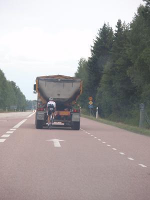 Hur törs man cykla i 90km/h?sen till jobbet kanske ;-)Jag tycker att denna bild är ganska så rolig. Man kanske inte ser på bilden när den är liten, men det står en 90km skylt precis bredvid vägen!