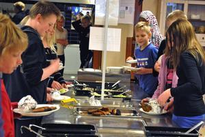 Enligt barn- och utbildningsnämndens yttrande har arbetet med stjärnrestaurang medfört att eleverna på Klockarskolan är mer nöjda med den mat som serveras i skolrestaurangen. På bilden ser vi Klockarskolans elever ta för sig av grillmenyn.