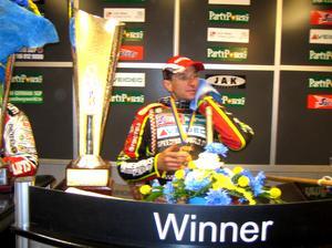 The winner takes it all. Leigh Adams var mer än belåten efter det att han satt alla konkurrenter på plats och vunnit Eskilstunas GP före dansken Hans Andersen och svenska överraskingen Fredrik Lindgren.