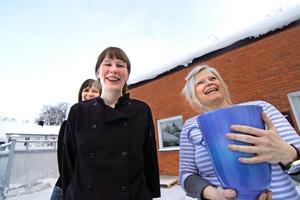 Ingela Svedbro ordnar en choklad- och matmässa i Nora för första gången. Anna-Lena Schöllin sköter kafédelen under mässan.