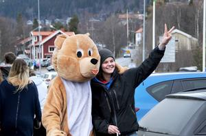 Många gillade den björn som firade bland de norska ungdomarna.