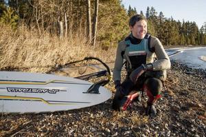 Morgan Näslund väntar och hoppas på att den mojnande vindstyrkan ska öka igen.