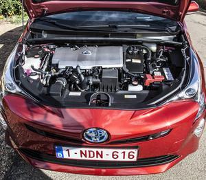 Under huven sitter bensinmotor, växellåda och elmotor i samma paket. Det ger drivning på framhjulen.