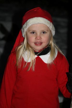 Tomteflickan Emelie på Blåklintens förskola. Barnen hade sitt Luciatåg utomhus och det var så stämningsfullt. Läsarbild: Siw Helenius
