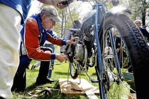 Veteran. 91-årige Bror Segerströms Rex med gengasaggregat från 1939 stod i centrum för intresset för tvåhjulingarna vid veteranmotorcaféet i Tryggeboda.