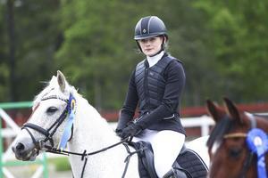 Mikaela Andersson Näsman och Glentrasna Girl på prisutdelningen efter segern i Lätt C, kategori D.