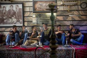 Afghanska ungdomar röker vattenpipa i Isfahan i Iran.