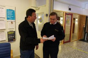Göran Sahlin från Njurundaföretagarna lämnade i går över protestlistor om att närpolisen i Kvissleby ska vara kvar till Sten Olov Hellberg, länspolismästare i Västernorrlands län.