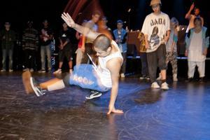 Battle om 10 000 kronor. Alla hiphopens dansstilar fick vara med när det var dags för battle, det vill säga tävling. Tre och tre fick dansarna gå upp på golvet för at under tre minuter visa sina bästa moves. Här dansgänget Two and a half men.