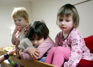 Treåriga Minna med kompisarna Anouk, 4 och tvååriga Nathalia trivs på nattis. Om verksamheten läggs ner kan de tvingas byta ut tryggheten på Karlavagnen mot ett nytt ställe.