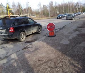 En stoppskylt från Avesta-hållet har gjort att det blir långa köer på Gamla Krylbovägen.