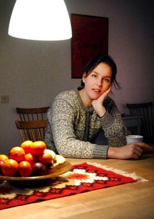 Johanna Grinde har flyttat tillbaka till Högfors och huset där hon växte upp. Karriärjobbet på statsråds-bered-ningen har hon bytt mot skapande utbildning på Öster-sunds Konstskola.