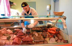 Kött och korv i massor. I byns charkuteri, Tjurskallen. Charkmästare Henrik Lindén arbetar i gårdsbutikens köttdisk. Han tillverkar även korvar och röker kött.