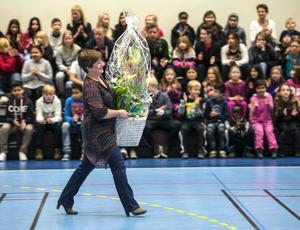 Annelie Luthman överlämnade en blomma till skolan.