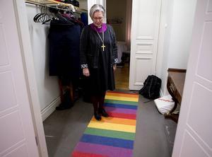 En regnbågsmatta även i biskopsgården.