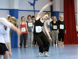 Dansarna testades i en rad olika rörelser, här är Emma Sundin i centrum.